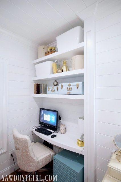 Small bedroom built-in desk