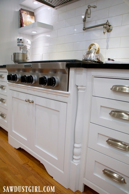 Cooktop cabinet with decorative legs